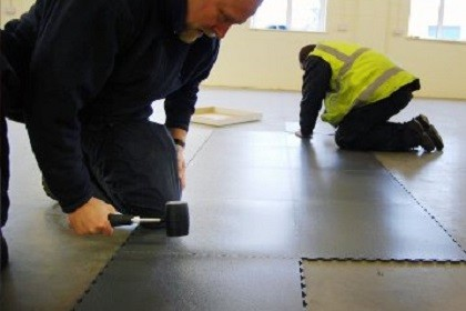 Flexi-Tile Boden während der Verlegung