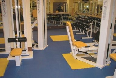 Fitnessstudio mit PVC Boden von Flexi-Tile ausgelegt