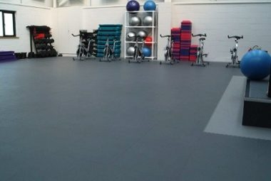 Fitnessraum belegt mit PVC Boden von Flexi-Tile