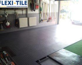 Flexi-Tile PVC Bodenfliesen als Garagenboden - Anwendungsbeispiel Riffel-Optik in Schwarz