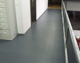 Flexi-Tile PVC-Fliesen im Flurbereich - Hammerschlag-Optik