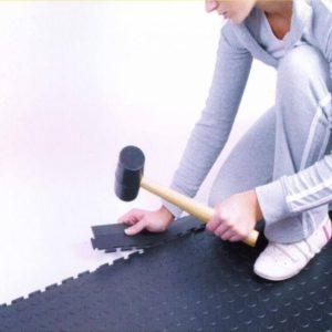 Verlegung Flexi-Tile Rampe mit Gummihammer