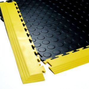 Flexi-Tile Ecke auf Genoppter Fliese mit gelber Rampe