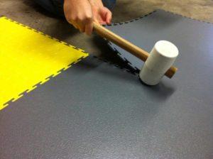 PVC Boden, Fliesen und Bodenbeläge von Flexi Tile - einfache und schnelle Verlegung mit einem Gummihammer