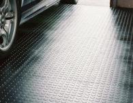 Anwendungsbeispiel Flexi-Tile Genoppte Fliesen Schwarz in Garage