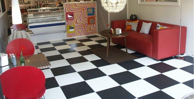 PVC Boden in schwarz und weissem Schachbrettmuster